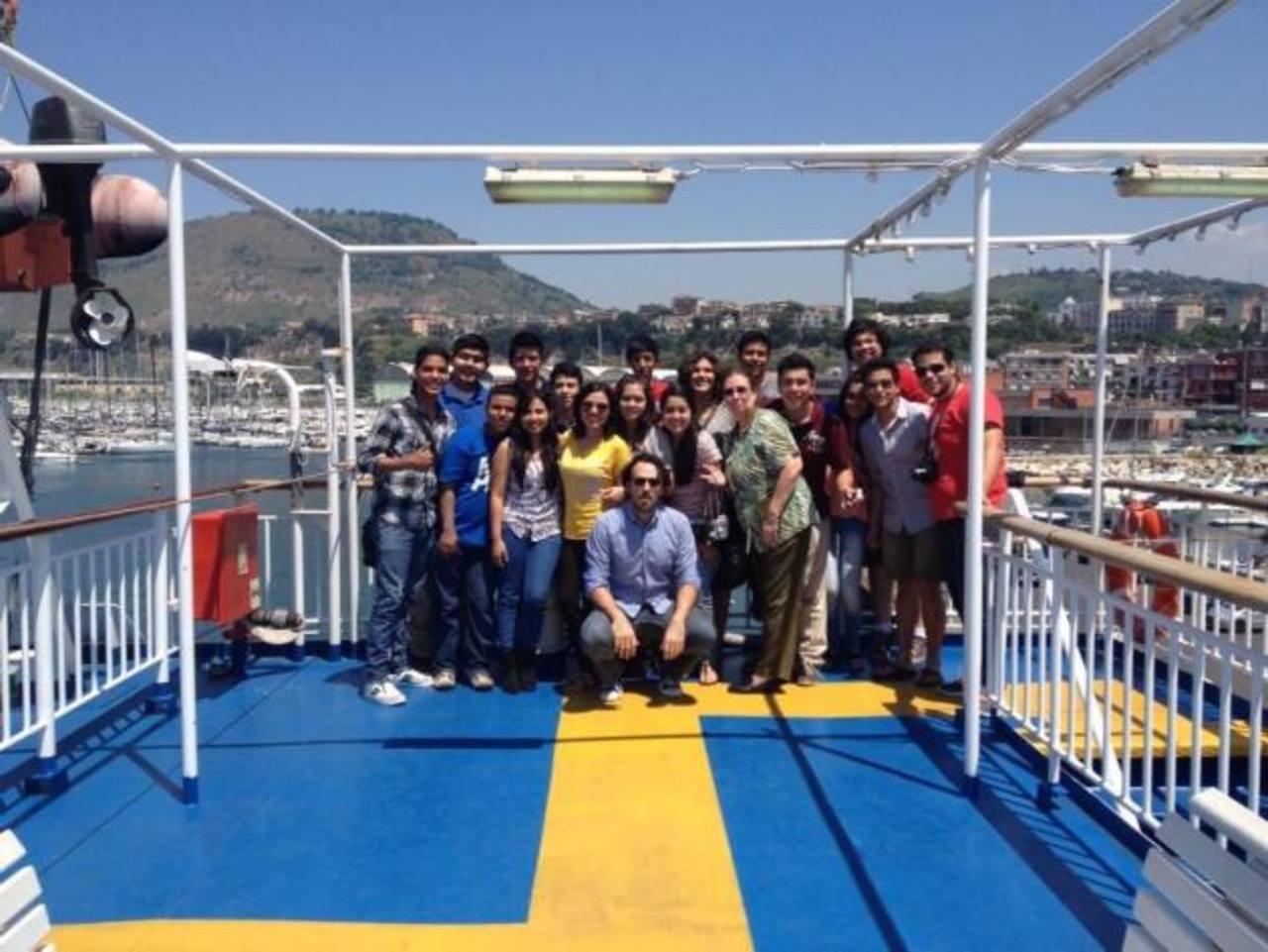 La delegación de jóvenes artistas junto a su director Martín Jorge, en su visita a Italia. Foto Edh / Cortesía