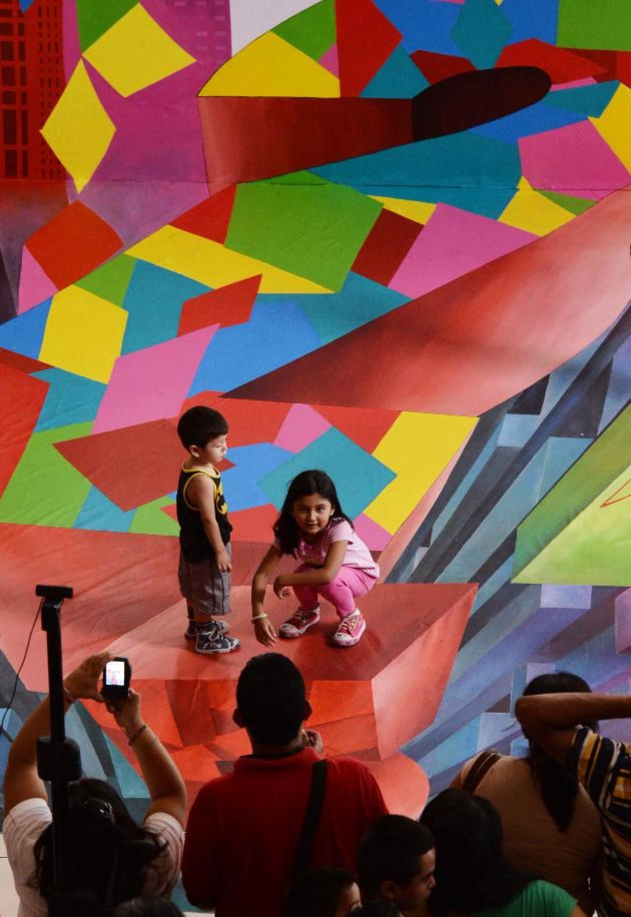 Este es uno de los diseños que la artista creó para Digicel en las instalaciones de Plaza Mundo. La pintura mide 7 metros de largo por 5 metros de ancho, incluye una pared trasera. fotos edh / omar carbonero