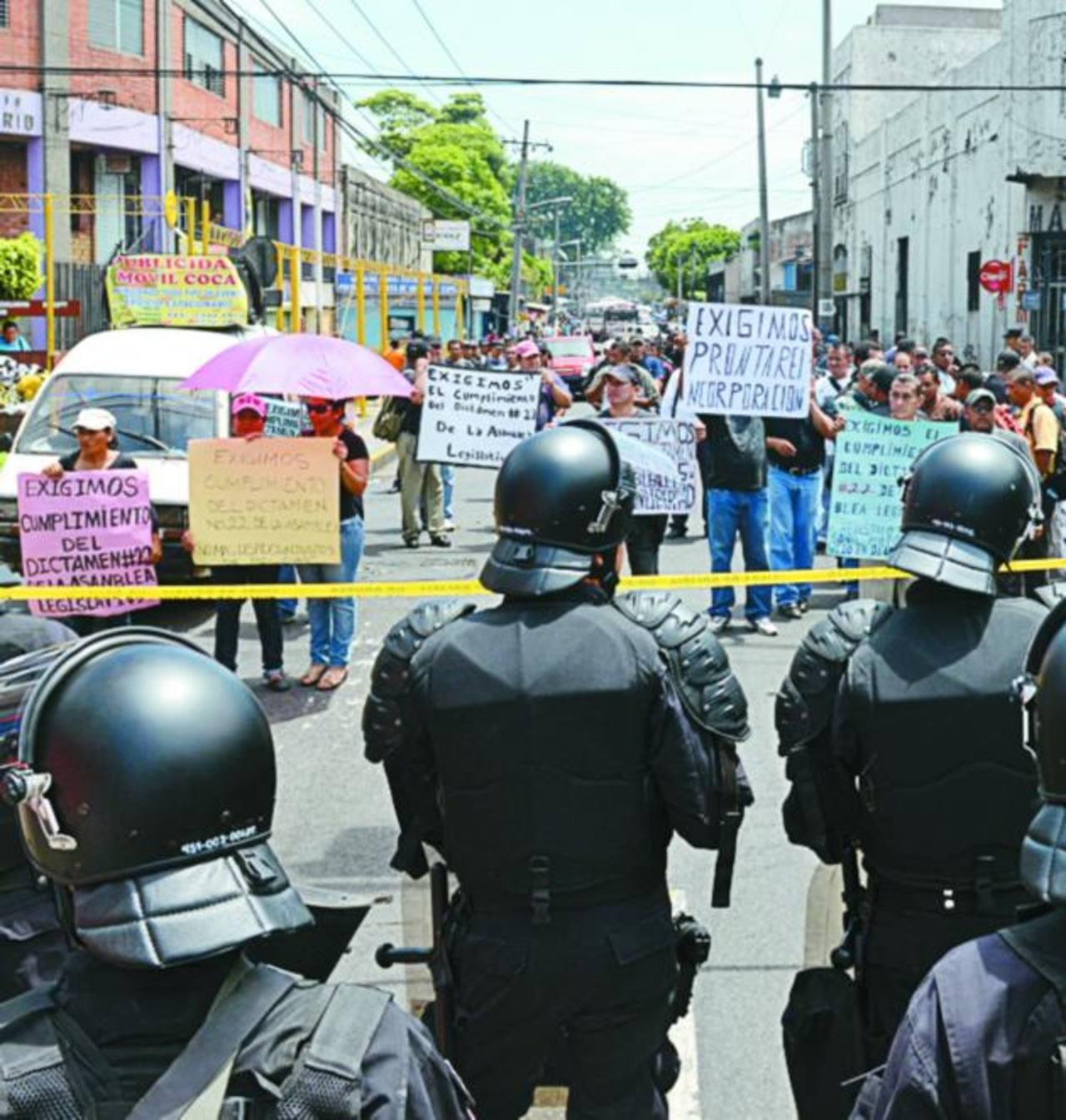 Los manifestantes llevan 13 años exigiendo su reincorporación. Foto EDH / Miguel Villalta