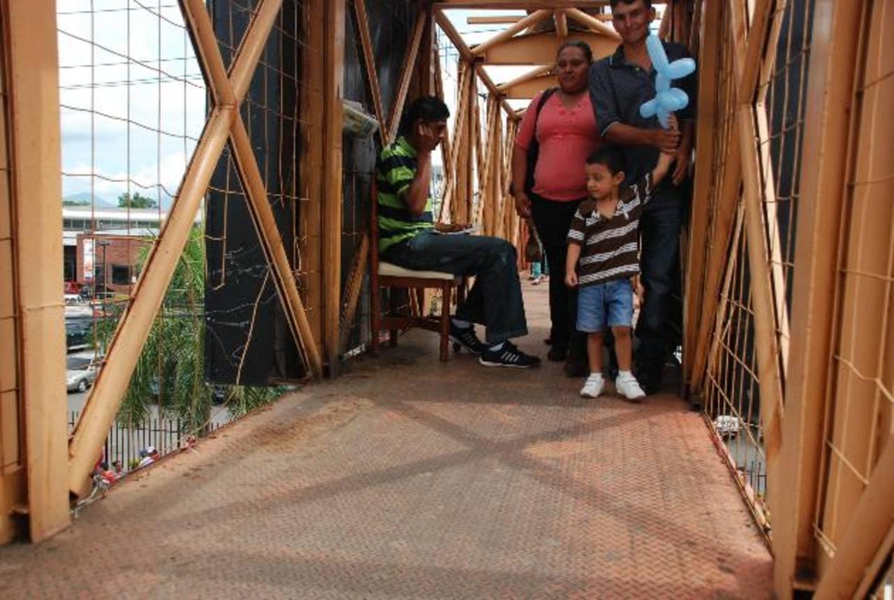 Los daños en la pasarela ubicada frente a un reconocido centro comercial migueleño en las cercanías del redondel Monseñor Romero está deteriorada. Foto eh / jenny ventura
