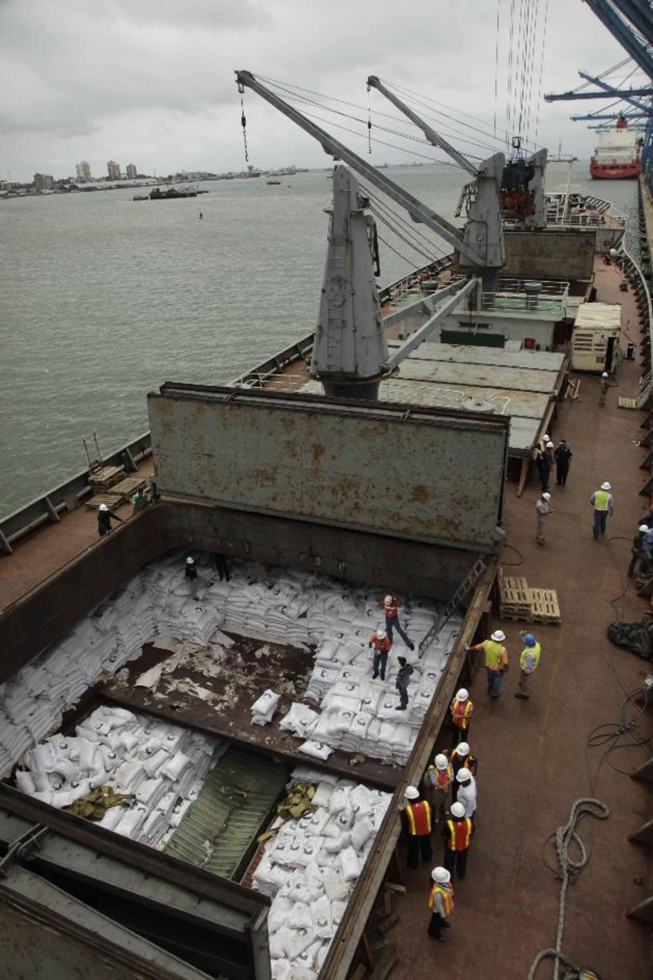 Agentes panameños seguían ayer descargando azúcar del Chong Chon Gang. Foto EDH /archivo Agentes panameños seguían ayer descargando azúcar del barco norcoreano Chong Chon Gang. Foto EDH /archivo