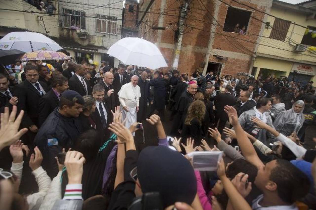 El Papa durante su visita a una favela en Río de Janeiro. FOTO AP