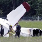 Policías y personal de emergencias examinan los restos de un avión que se incendió en el Aeropuerto de Soldotna, Alaska. Foto/ AP