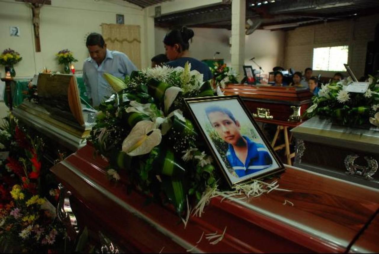 La foto de Cristian Alexander, de 13 años, fue colocada sobre su ataúd. En el accidente murieron abuelos, padre y hermanos. Fotos EDH / Carlos Segovia