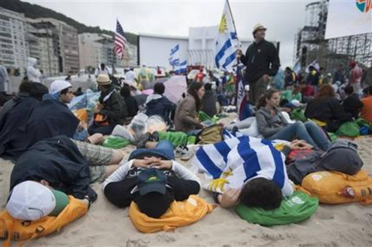 Peregrinos duermen en la playa de Copacabana pocas horas antes de que la Iglesia inaugure la Jornada Mundial de la Juventud