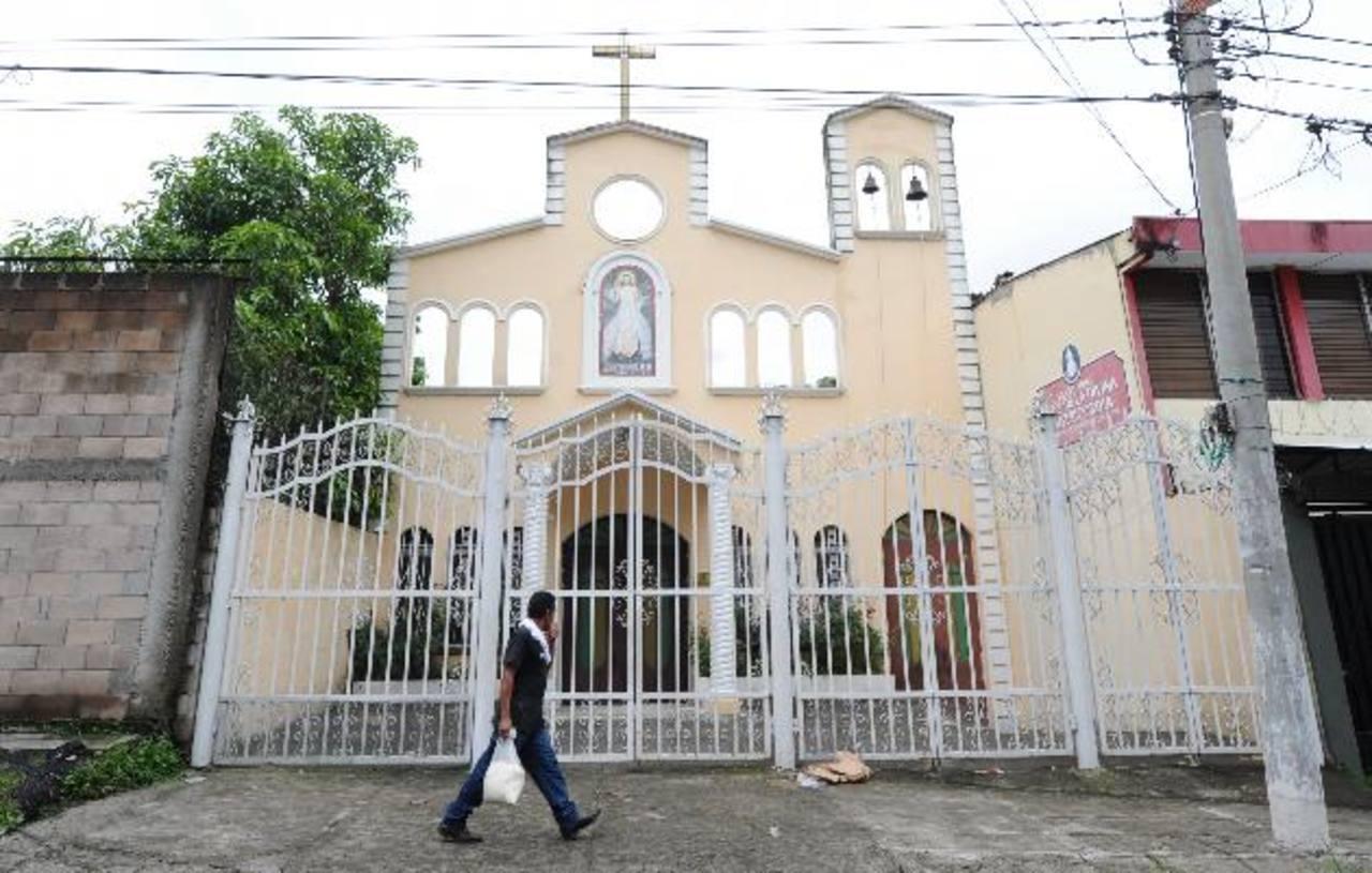 Fachada de la casa de retiro de la parroquia Divina Misericordia en el barrio San Jacinto, donde robaron. Foto EDH / Claudia castillo