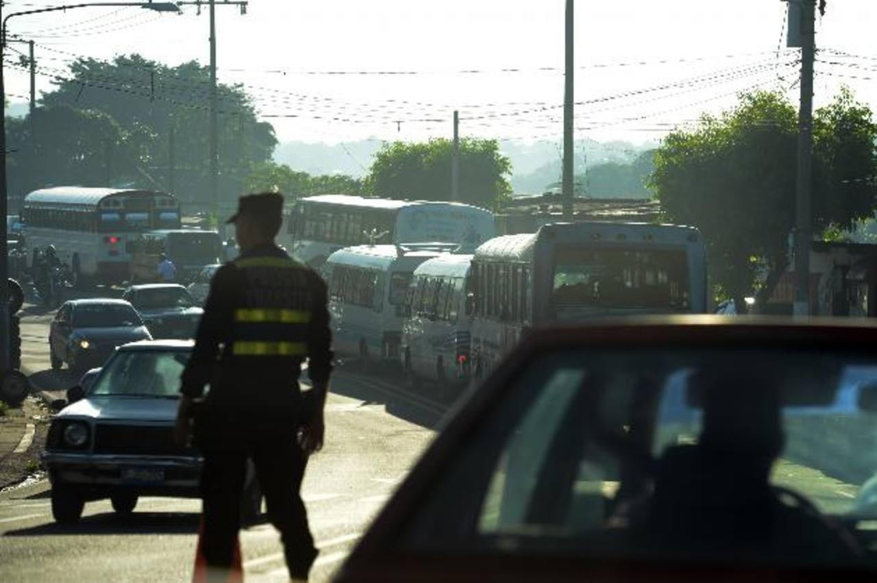Los trabajos de construcción del paso a desnivel y del Sitramss continúan generando tráfico vehicular lento en el bulevar del Ejército. Foto EDH / Mauricio Cáceres