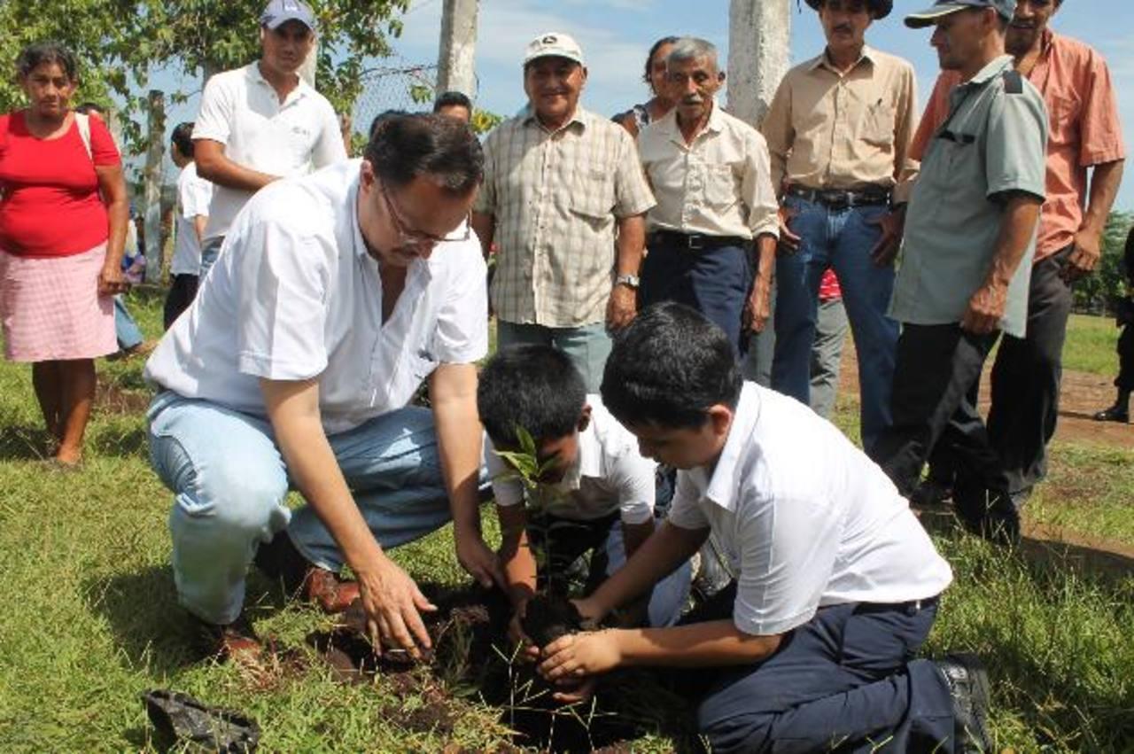 La campaña de reforestación del cantón Chancuyo, en Ahuachapán, es el inicio de un proyecto de mejoramiento de lugares de sano esparcimiento en la zona. Foto EDH / Roberto Díaz Zambrano