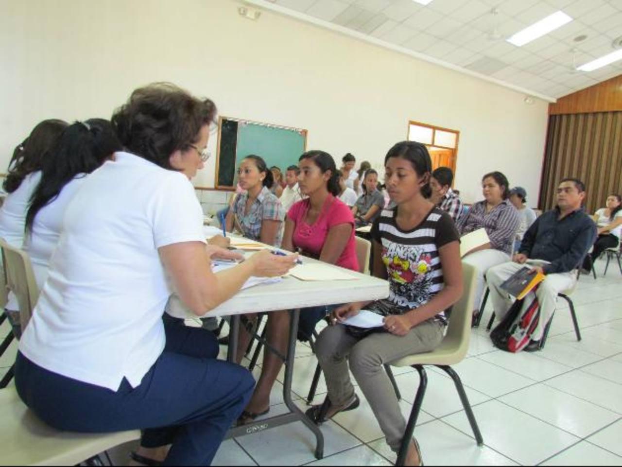 Jóvenes santanecos piden oportunidades de empleo y afirman que por la inexperiencia tienen pocas posibilidades de ser contratados. Foto EDH / Mauricio Guevara