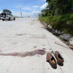 En la escena quedaron abandonados los zapatos de las víctimas. Foto EDH / Mauricio Cáceres