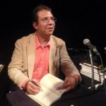 """Alberto Salcedo Ramos en su visita a Chile, firmando su libro """"El oro y la oscuridad""""."""