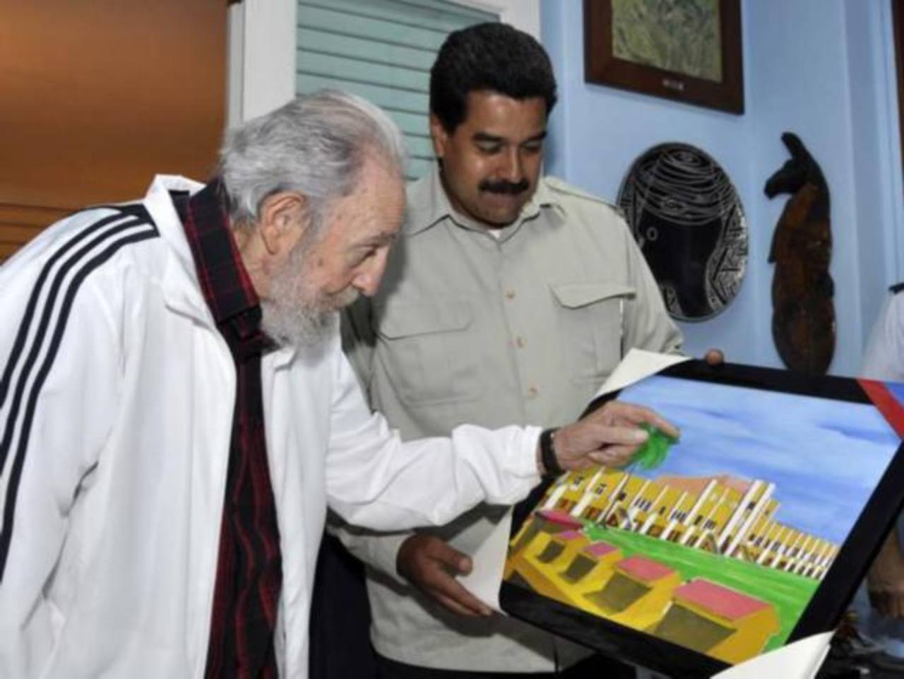 El gobernante Nicolás Maduro junto al dictador cubano Fidel Castro (izq.).