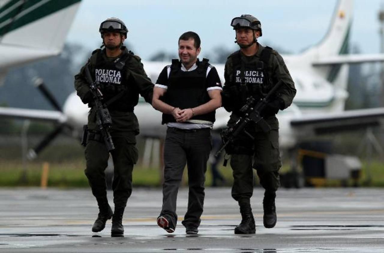 """El capo del narcotráfico colombiano Daniel """"El Loco Barrera"""" (centro), fue extraditado ayer a EE.UU. foto edh / EFE"""