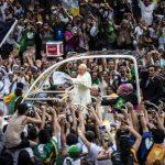El papamóvil lo llevó por el centro de la ciudad en medio de las ovaciones de millares de peregrinos. Fotos EDH /efe