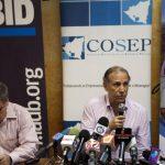 El delegado presidencial para las inversiones de Nicaragua, Álvaro Baltodano (der.) ayer durante una conferencia. foto edh /EFE