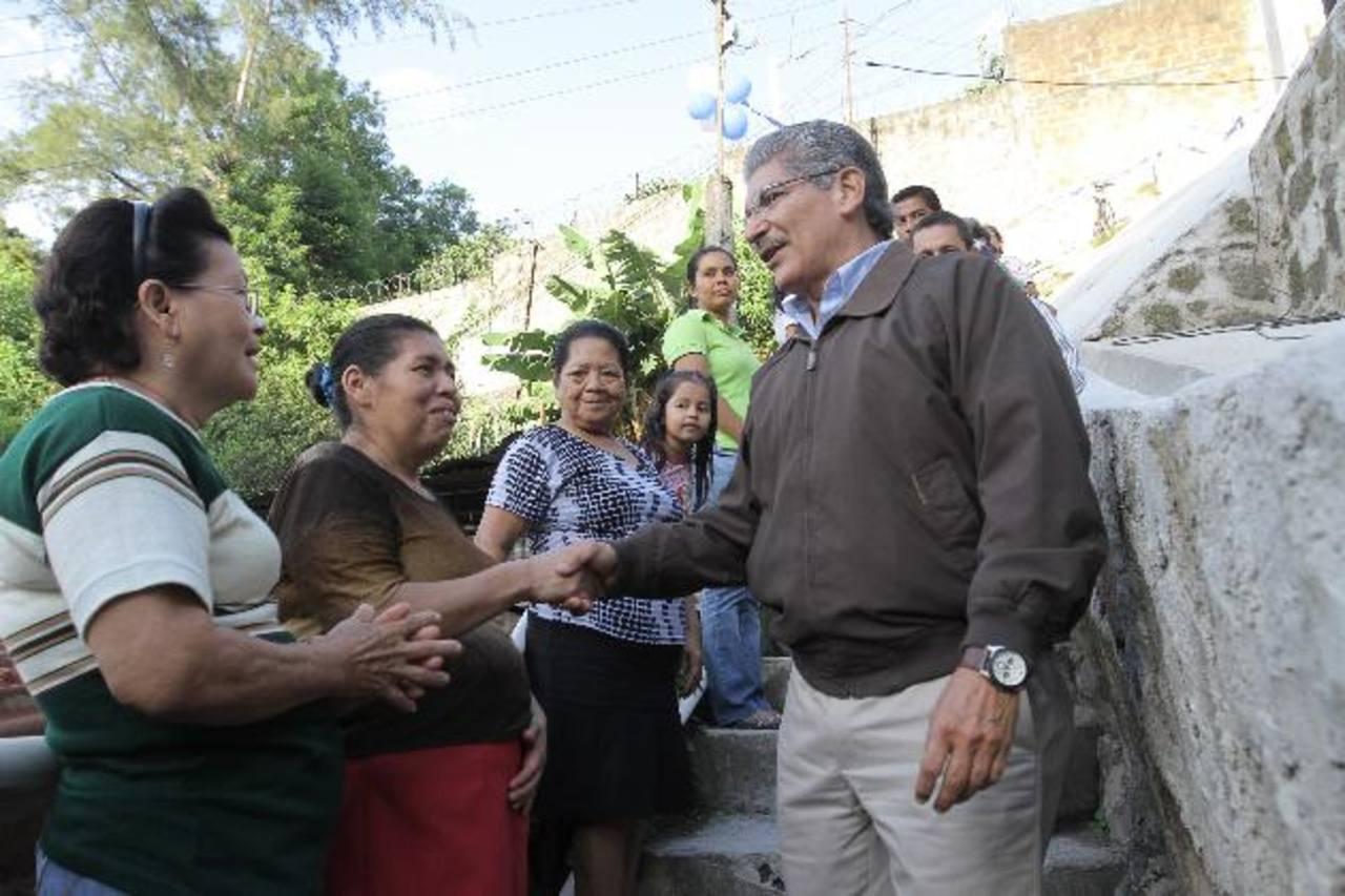 Habitantes de la comunidad Valle de Oro saludan al candidato Norman Quijano a su llegada. FOTO/CORTESÍA