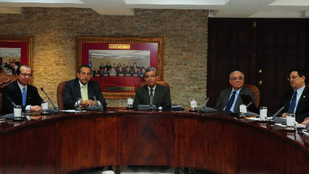 Los magistrados Sidney Blanco, Florentín Meléndez, Salomón Padilla, Belarmino Jaime y Rodolfo González integran la Sala de lo Constitucional. Foto EDH /archivo