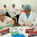 Personal de salud revisa las muestras de sangre en la Plaza Cívica. Foto EDH / archivo