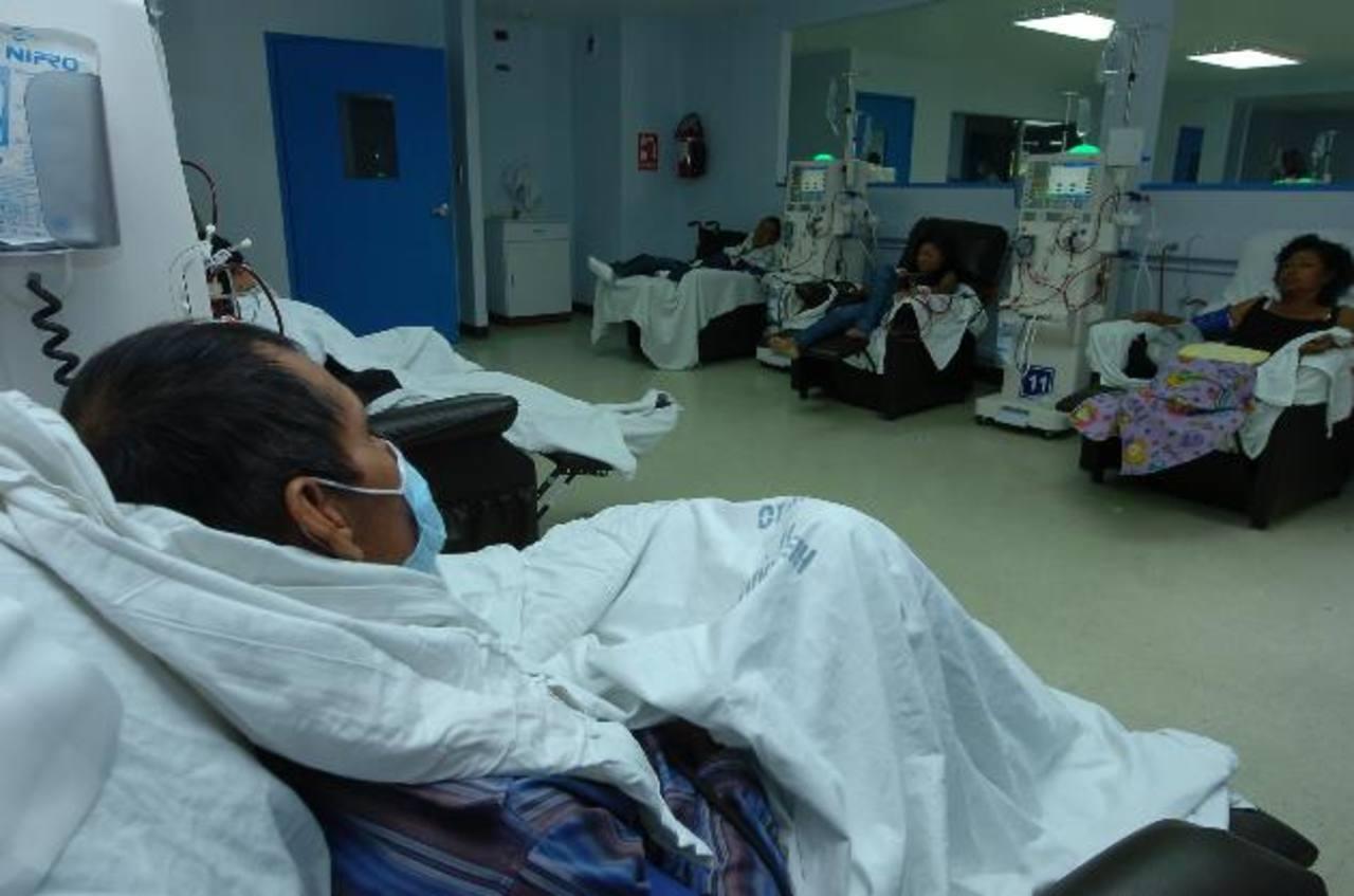 Varios pacientes con insuficiencia renal reciben tratamiento en el hospital Rosales. Foto EDH / Archivo
