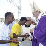 El Papa junto a migrantes durante una misa al aire libre en la isla Lampedusa, Italia. Foto Reuters