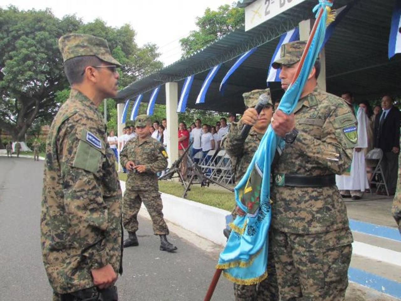 El coronel Mauricio Ernesto Ramírez Martínez (Izq.) es el nuevo jefe militar en Santa Ana. Foto EDH / Mauricio Guevara