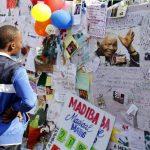 Varias personas han expresado sus muestras de cariño hacia el exmandatario en las afueras del hospital. Foto/ Reuters