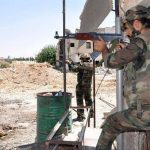 Fuerzas gubernamentales sirias durante un enfrentamiento contra los rebeldes por tomar el control de una estratégica aldea en el norte del país. foto edh / efe