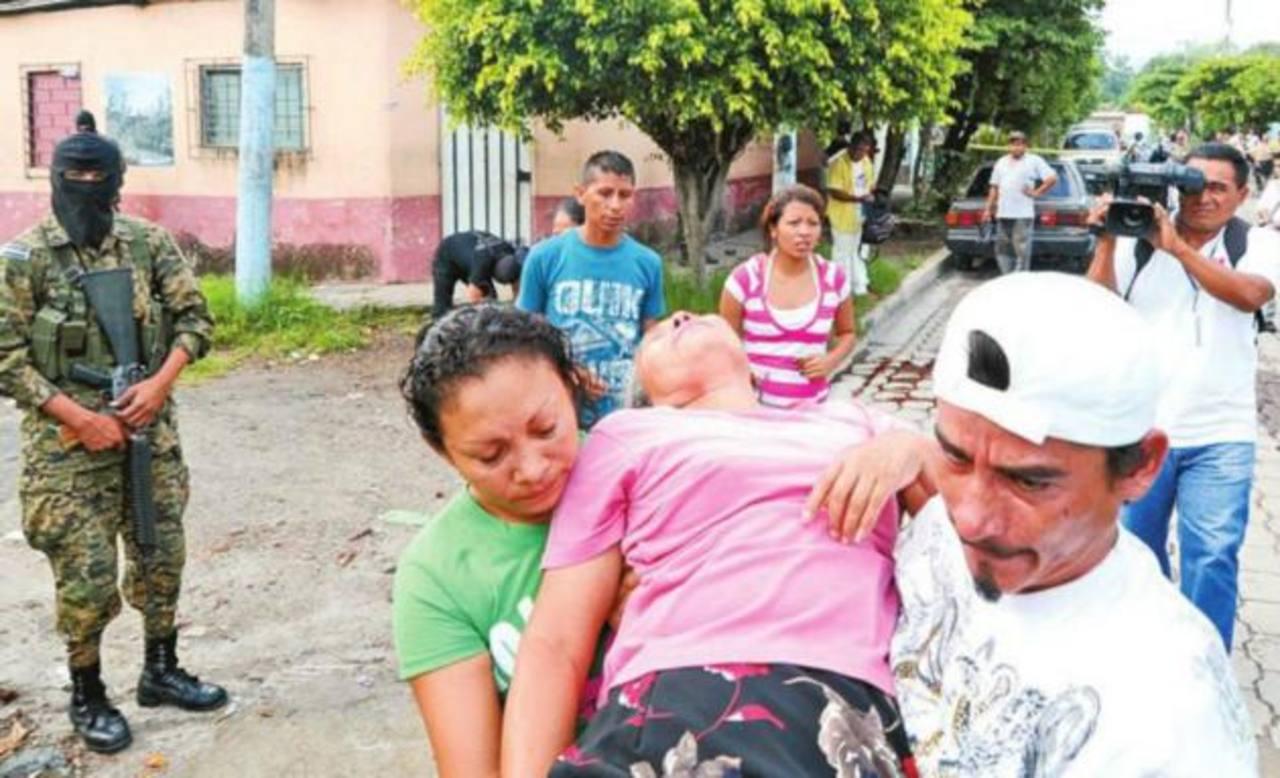 La madre de Héctor Huezo, empleado de la alcaldía de Quezaltepeque se desmayó tras ver el cadáver de su hijo. FOTO EDH/Ericka Chávez
