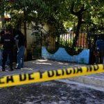 Policías inspeccionan el apartamento en Montebello donde fueron atracados tres jóvenes. Dos murieron. Foto EDH / Jaime Anaya