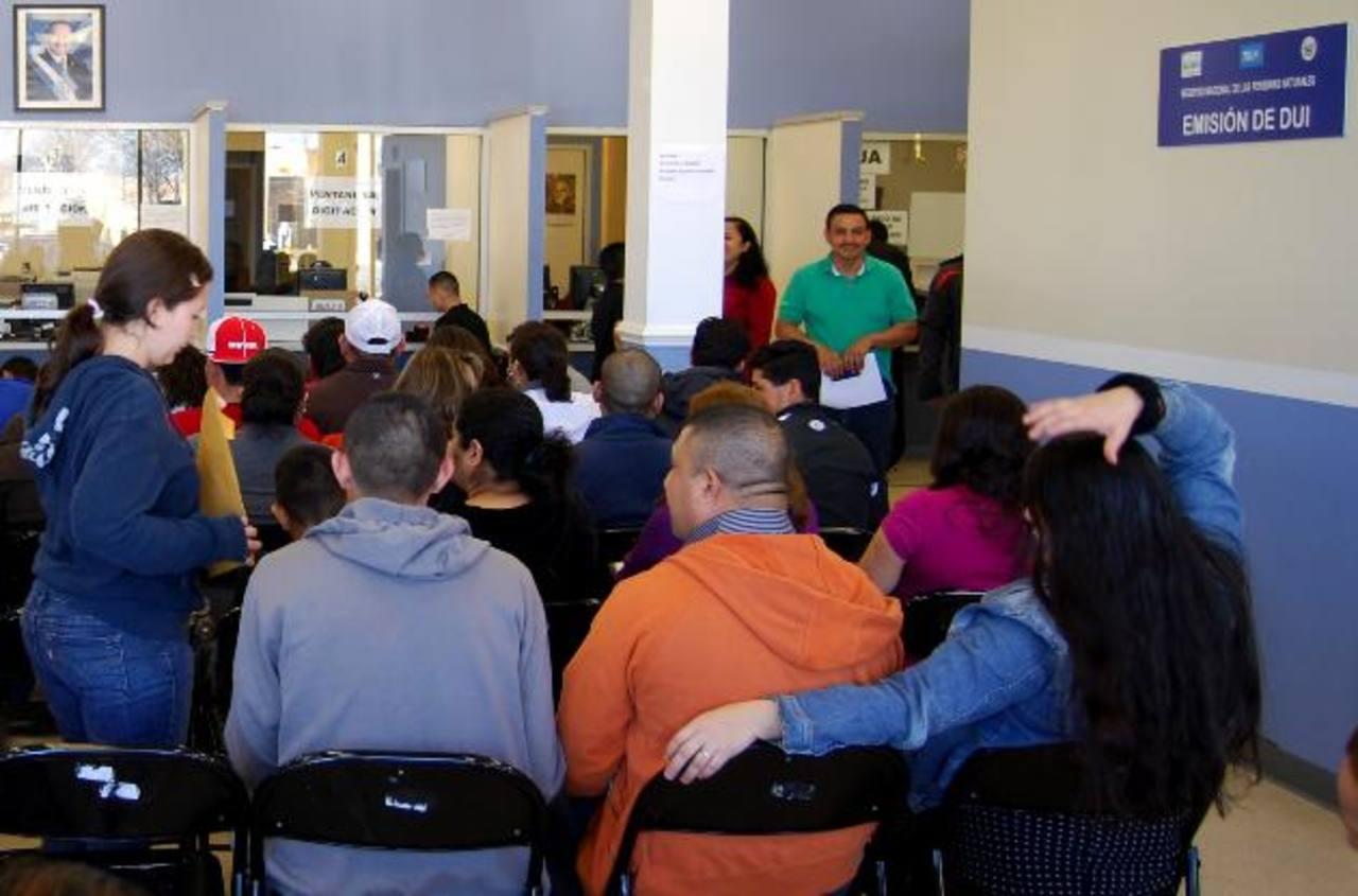 El RNPN abrió 20 centros de servicio en consulados de Estados Unidos y Canadá para entregar el DUI. foto edh / archivo