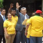 Salomón Padilla saluda junto a miembros de Sittoj que lo respaldan frente al Palacio de Justicia.