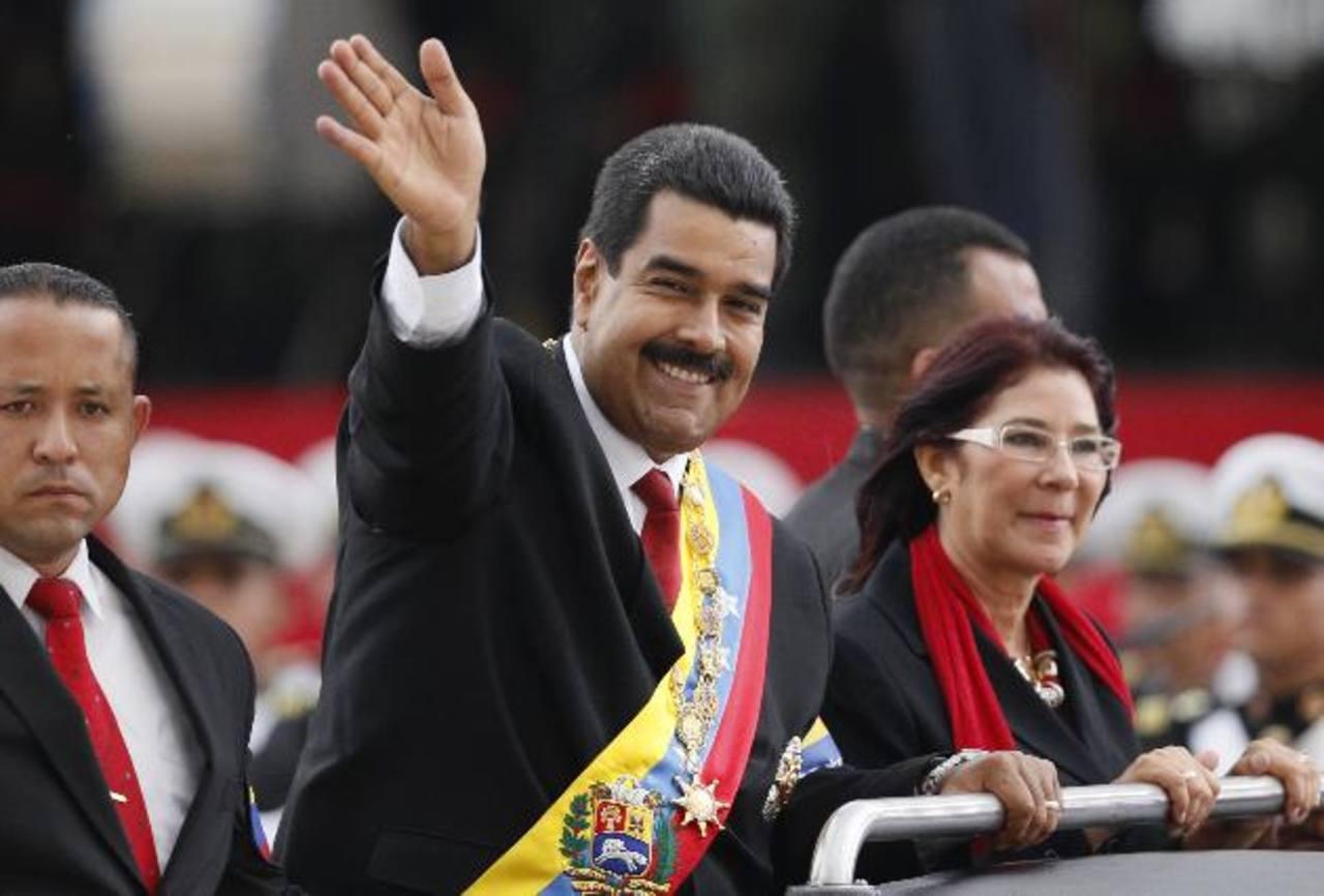 Maduro se reunirá hoy con los diplomáticos. El mandatario venezolano se casó ayer con Cilia Flores (derecha). foto edh/AP