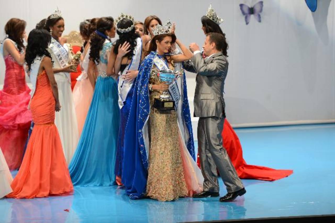 Fulvia Villarreal acepta sus premios de manos de Francisco Cortez, en el Teatro Fepade.