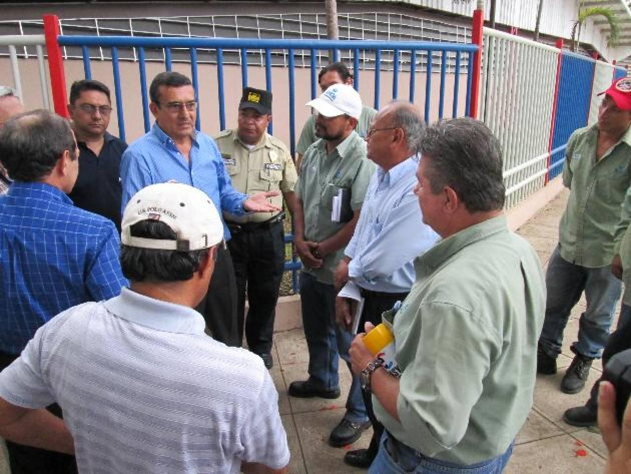 El alcalde municipal de Sonsonate dialoga con personal de Anda, junto a elementos del CAM. Fotos EDH / cortesía