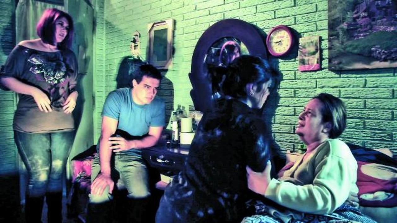 Jennifer Valladares, Henry Urbina, el director Álvaro Martínez y la productora Cristina Meléndez. FOTO EDH/ Huber Rosales