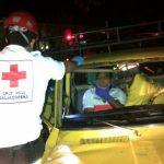 Cuerpos de socorro rescataron a una de las víctimas que quedó atrapada en su vehículo en el accidente de la Avenida España y 21 calle oriente. Foto cortesía @Marushianito