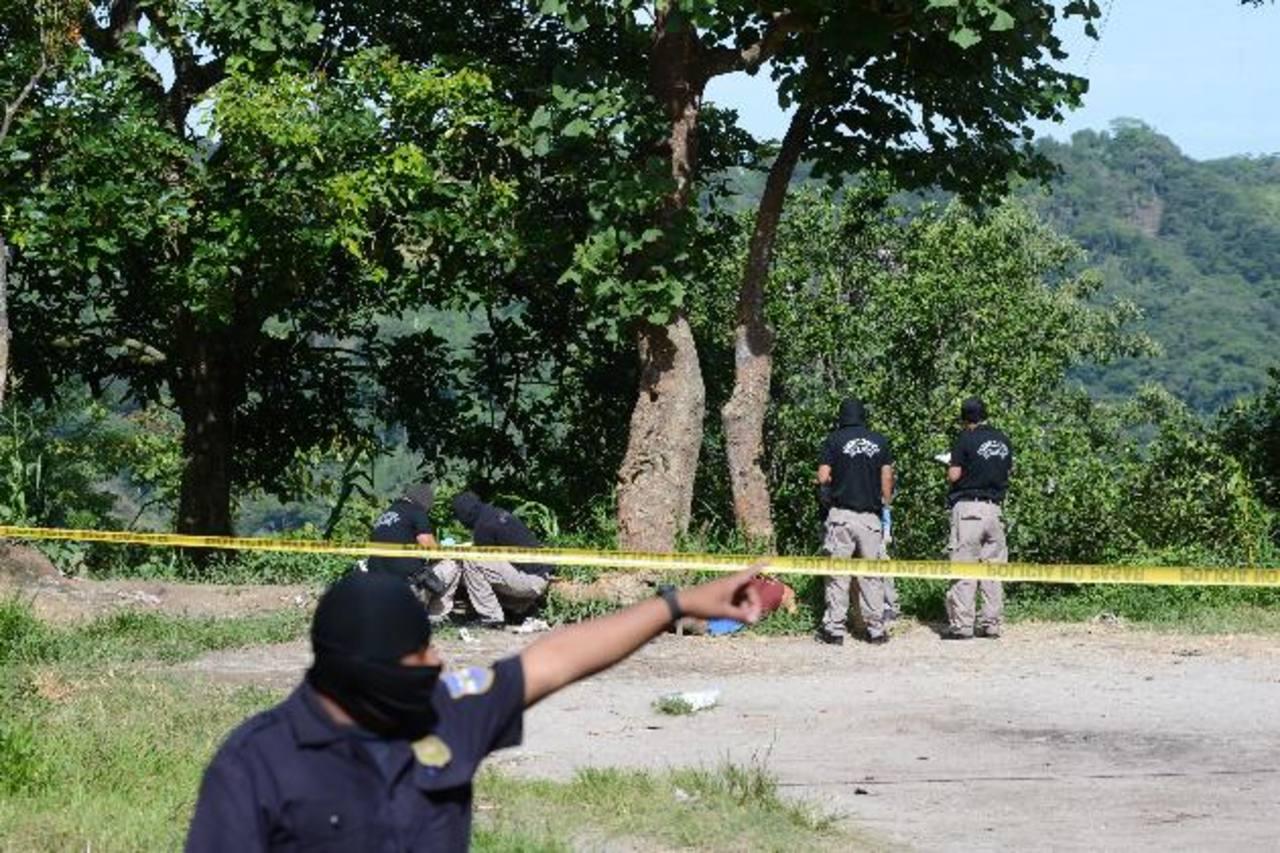 El ataque fue cometido la noche del miércoles, pero hasta ayer fueron hallados los tres cadáveres. Foto EDH / Mauricio Cáceres