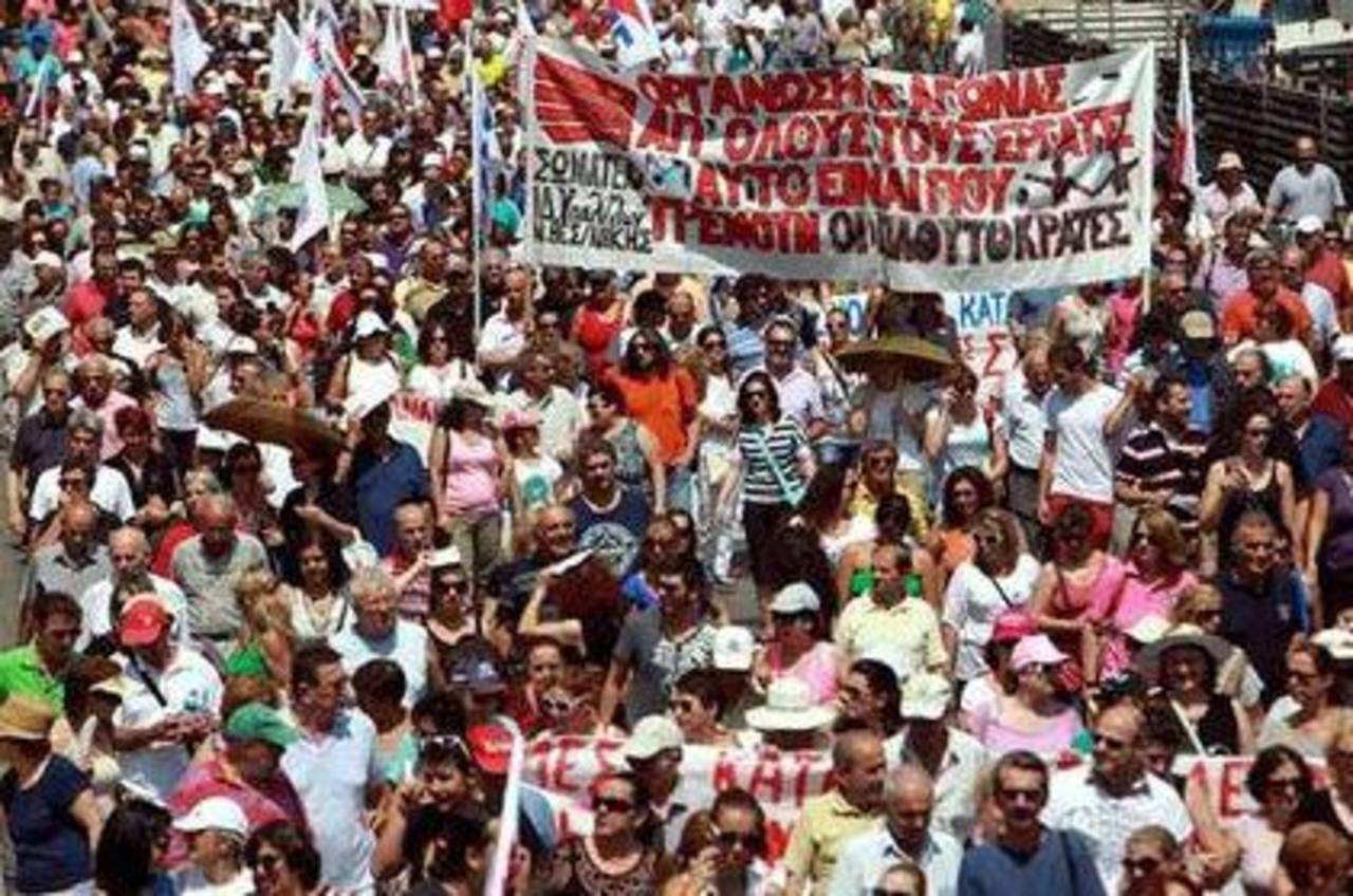 Manifestantes marcharon contra las medidas de austeridad durante una huelga general de 24 horas en el puerto norteño de Tesalónica, Grecia. Foto/ AP