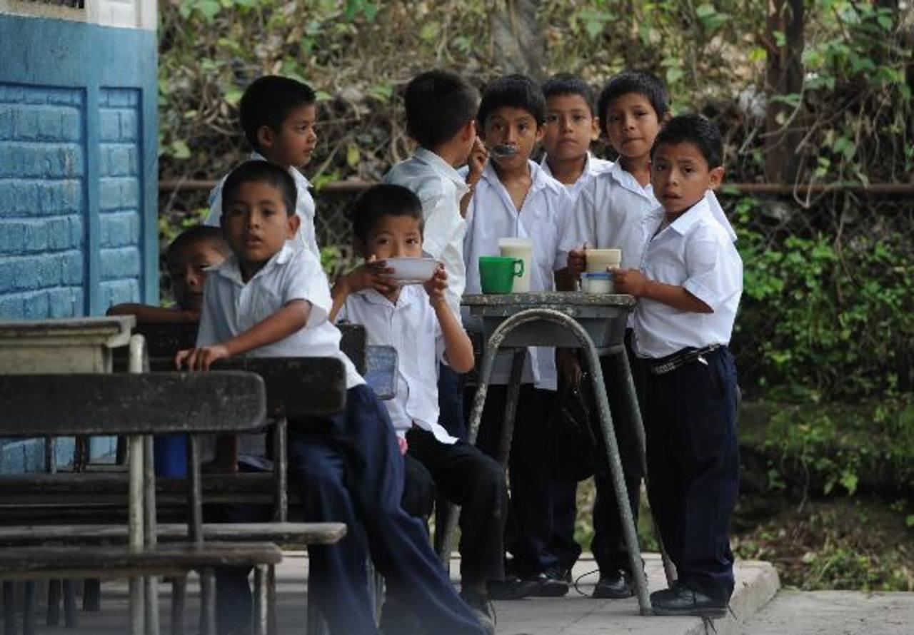 En las escuelas tienden a servir el refrigerio escolar entre 8:30 a.m. y 9:00 a.m. foto EDH / Marlon Hernández