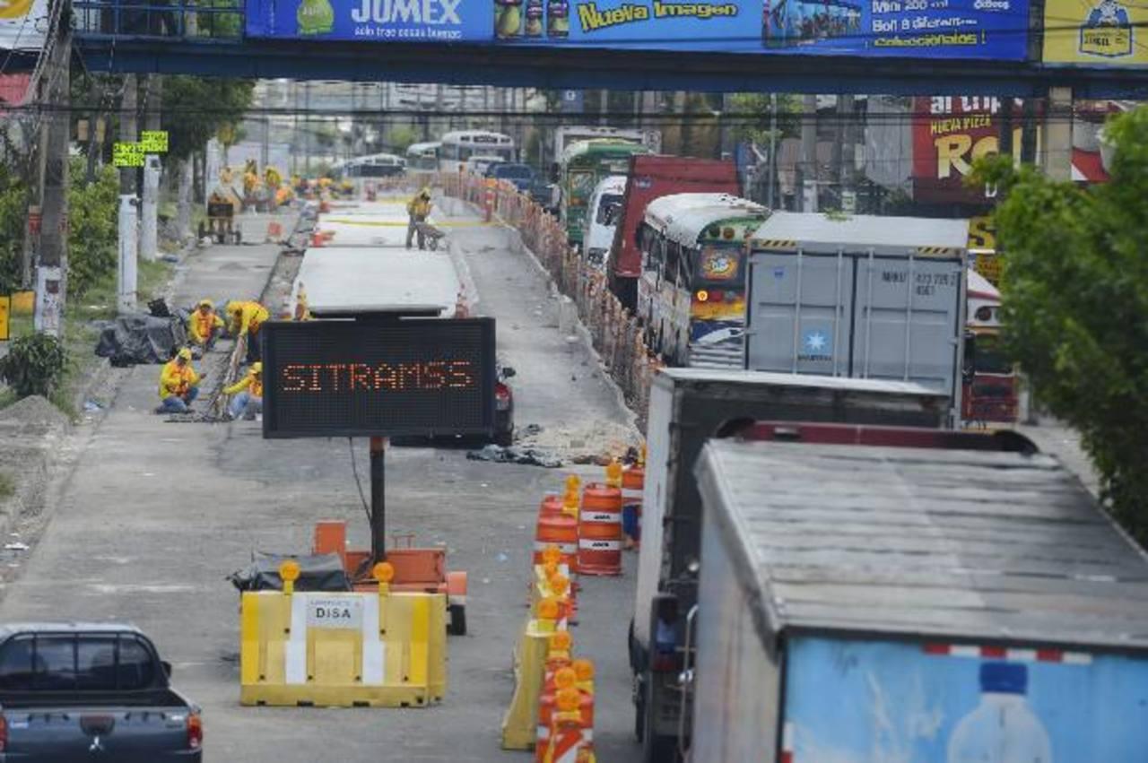 Tráfico vehicular por los trabajos en la construcción carril segregado del Sitramss, en Soyapango. Foto EDH / marvin recinos