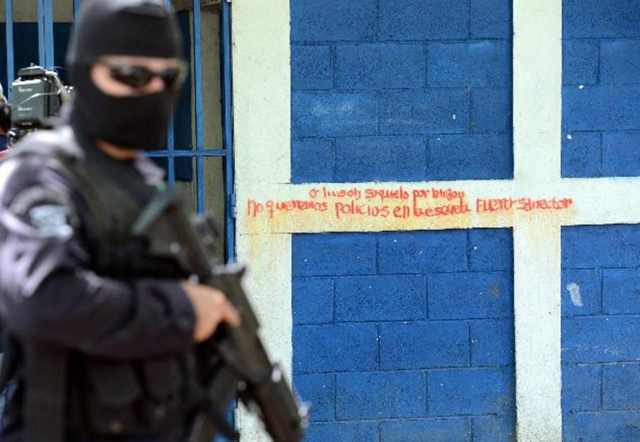 Agentes de la Policía llegaron al centro escolar para realizar las investigaciones. FOTOS EDH / ÓSCAR MIRA