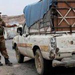 Un soldado yemení detiene un vehículo en un puesto de control ubicado en una calle que lleva hacia la embajada de Estados Unidos en Saná, capital de Yemen. Foto/ AP