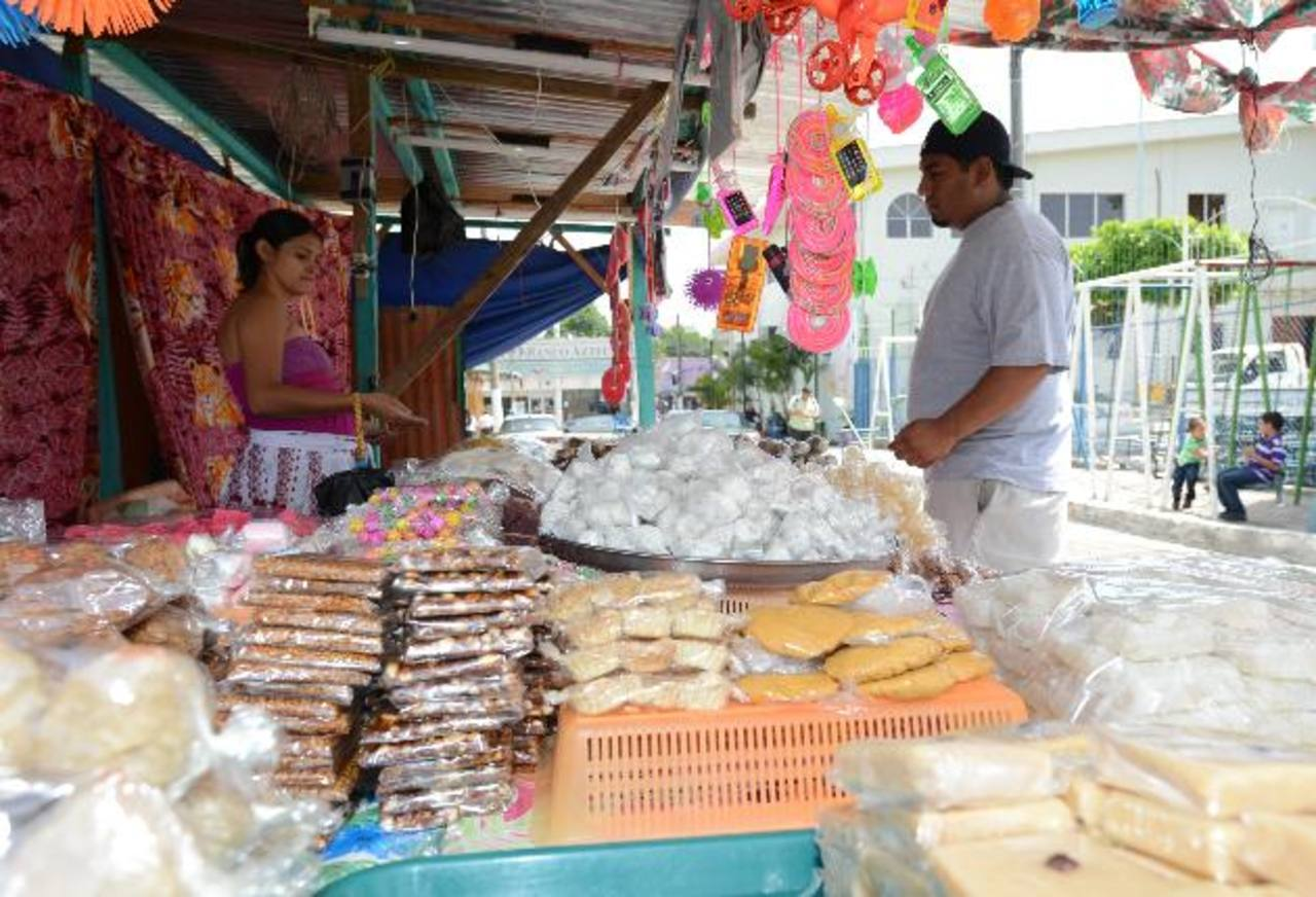Los dulces típicos ya se encuentran instalados al inicio de la Plaza La Reforma, a un costado de la alcaldía. En este lugar también se colocará una tarima cultural. Foto EDH / Douglas Urquilla