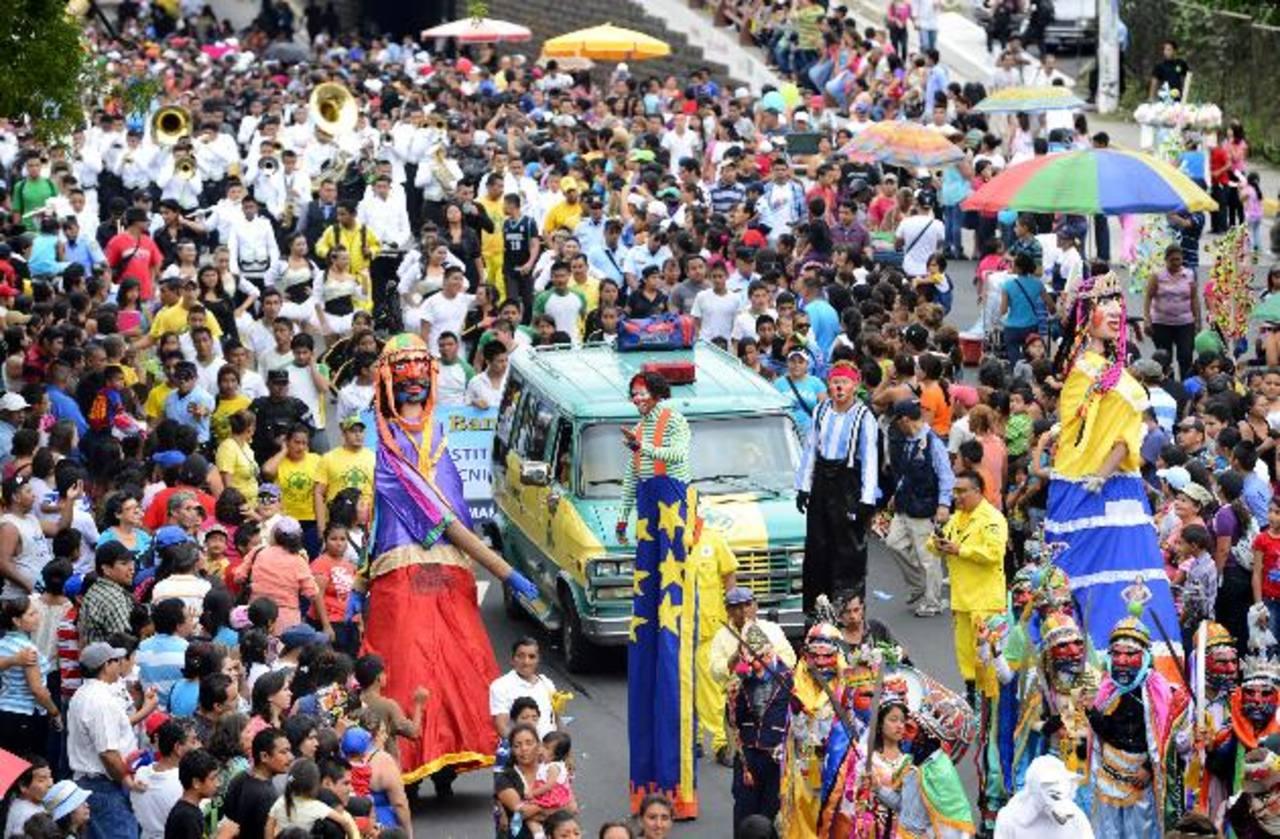Los capitalinos inundaron las calles para presenciar el desfile dedicado al comercio, en el que no podían faltar los chichimecos y los historiantes. Fotos EDH Marlon Hernández y Marvin recinos.