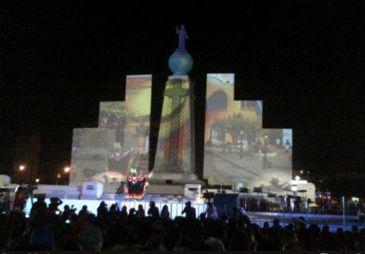 Video mapping en el Divino Salvador del Mundo con motivo del cierre de festividades. Foto vía Twitter @TitinaManzano