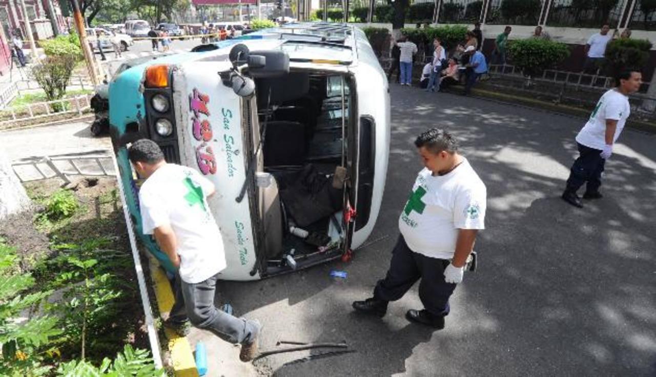 Ayer, un microbús de la ruta 42-B volcó en la 17 Avenida Norte y calle Arce, San Salvador. Foto/ Archivo