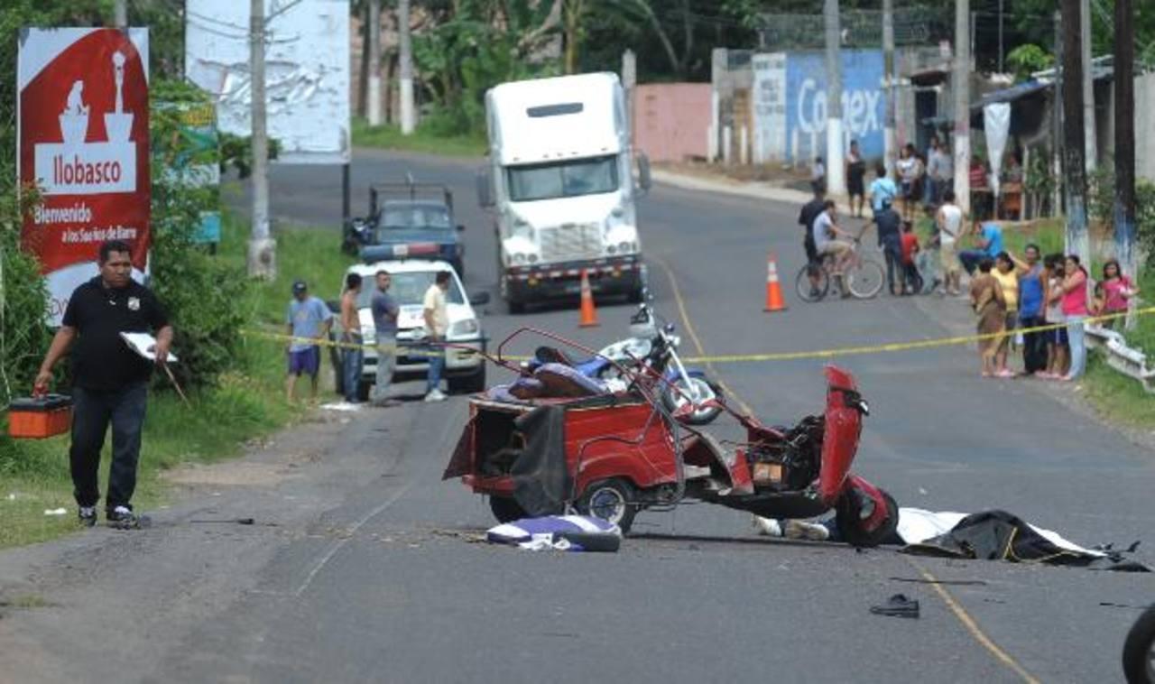 Un mototaxista y su acompañante murieron al chocar en Ilobasco. Foto EDH / L. Monterrosa.El dueño de este vehículo colisionó con una rastra en la carretera a El Puerto de La Libertad. Foto EDH / L. Monterrosa.