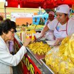 La Ministra de Salud, María Isabel Rodríguez, participó en la inspección de ventas de comida. Foto EDH / cesar avilés