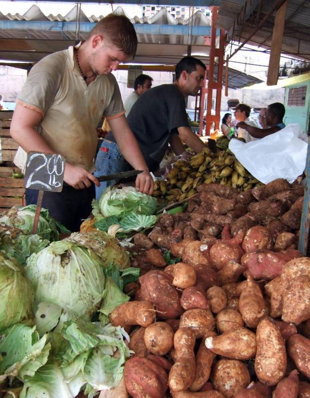 """Los cubanos también trabajan por """"cuenta propia"""" vendiendo alimentos. foto / EFE"""