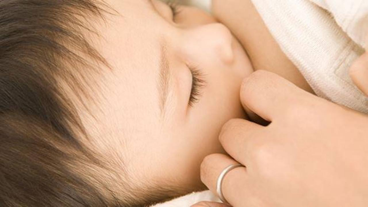 Chica francesa se renta para amamantar bebés